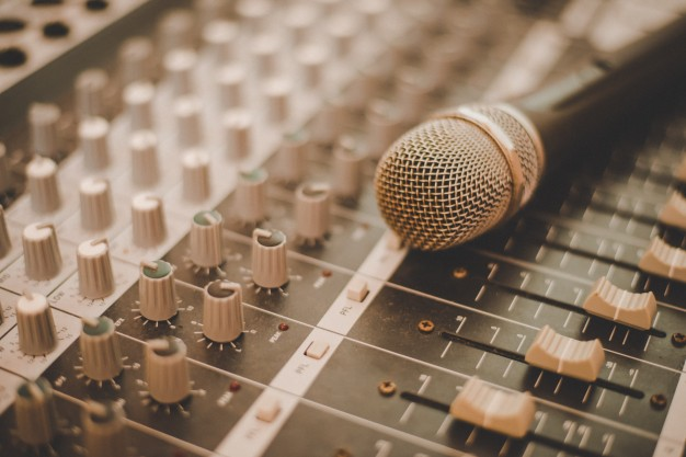 production-record-producer-light-microphone_1150-1773